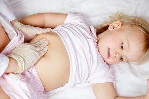 осмотр ребенка врачом при боли в правом боку