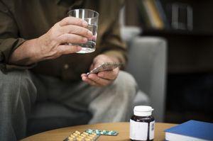 человек с таблетками