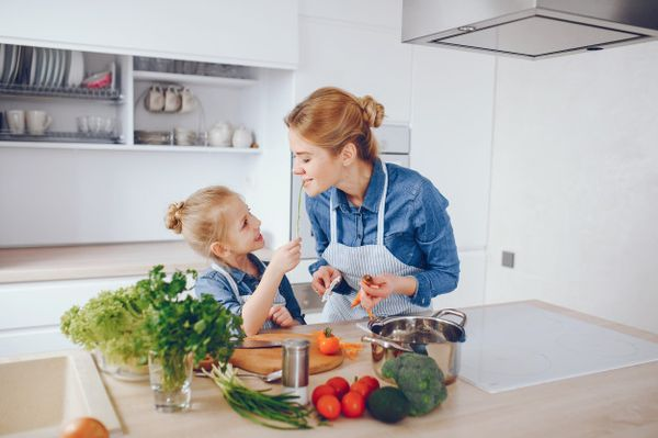 мама и дочка на кухне