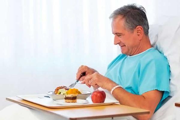 мужчина ест в больнице