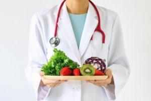 врач держит на подносе продукты