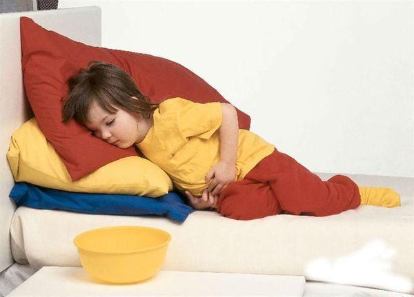ребенок лежит на боку на подушке